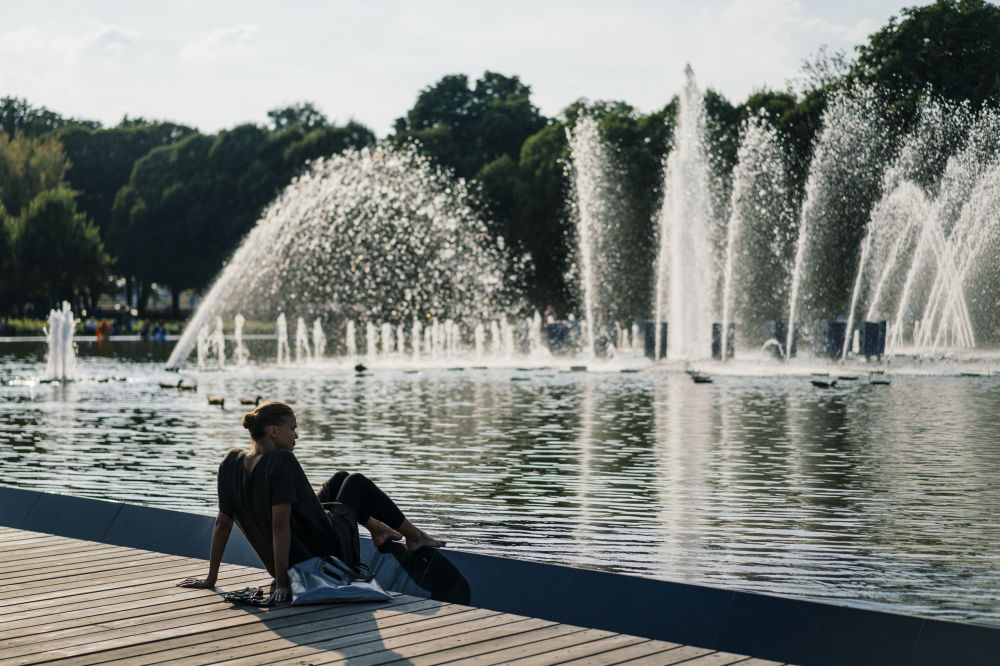 Kobieta przy fontannie w parku Gorkiego w Moskwie