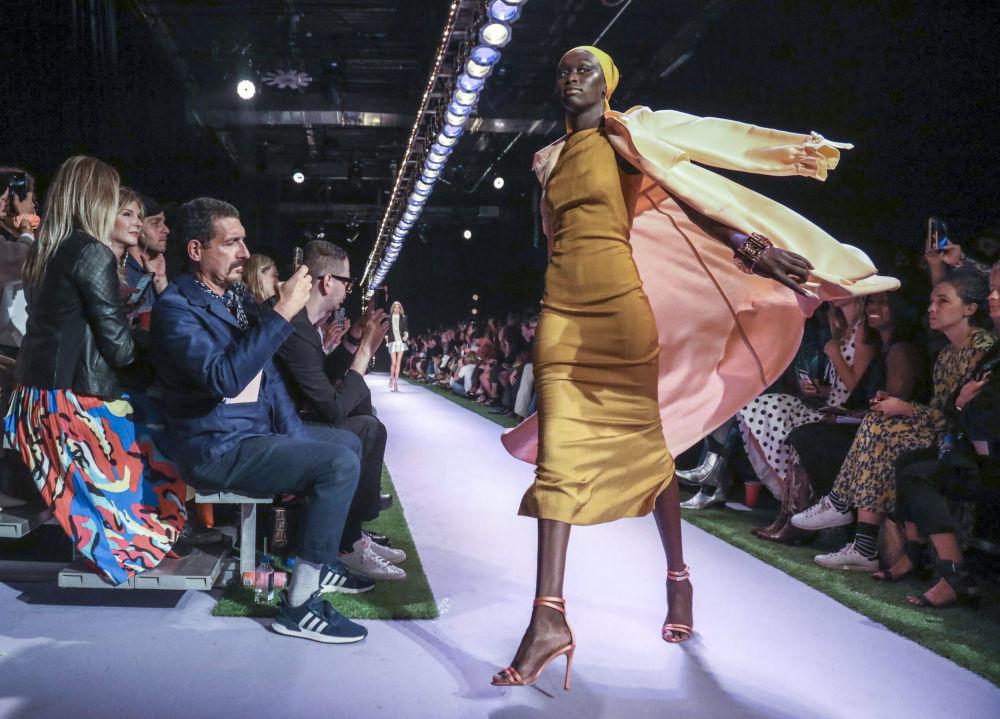 Modelka prezentuje kolekcję Brandon Maxwell podczas Tygodnia Mody w Nowym Jorku