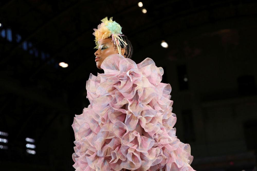 Modelka prezentuje kolekcję Marc Jacobs Spring 2020 podczas Tygodnia Mody w Nowym Jorku