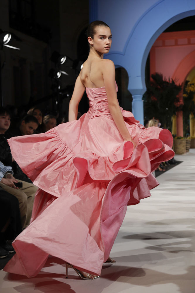 Modelka prezentuje kolekcję Oscar de la Renta podczas Tygodnia Mody w Nowym Jorku