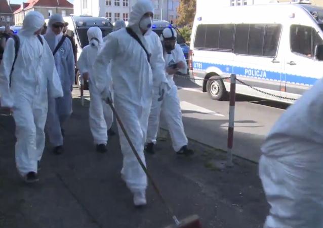 """""""Sprzątanie ulic"""" po paradzie LGBT+ w Kaliszu"""