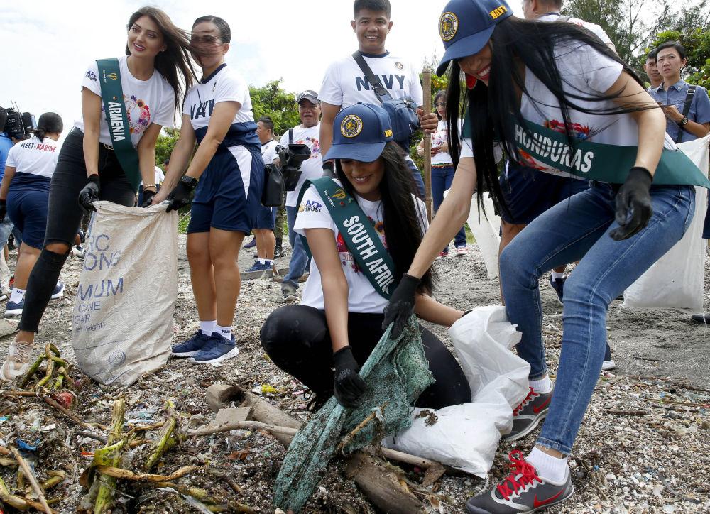 Kandydatki ubiegające się o tytuł Miss Earth 2019 podczas oczyszczania wybrzeża ze śmieci na Filipinach