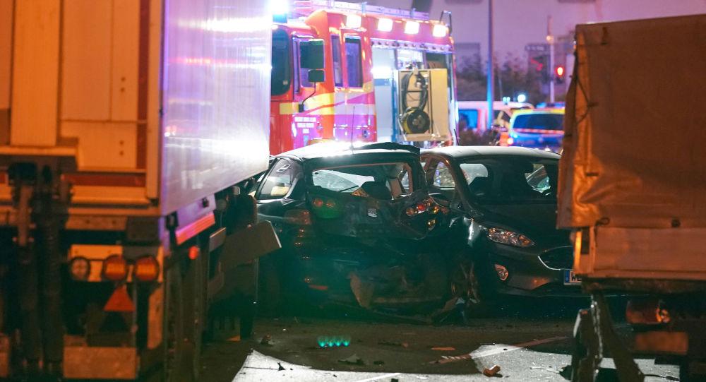 Miejsce wypadku w Limburgu, gdzie ciężarówka staranowała stojące na światłach samochody