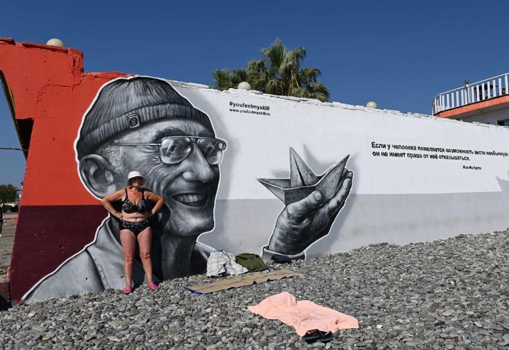 """Kobieta opala się na plaży """"Seaside"""" w centralnej dzielnicy Soczi"""