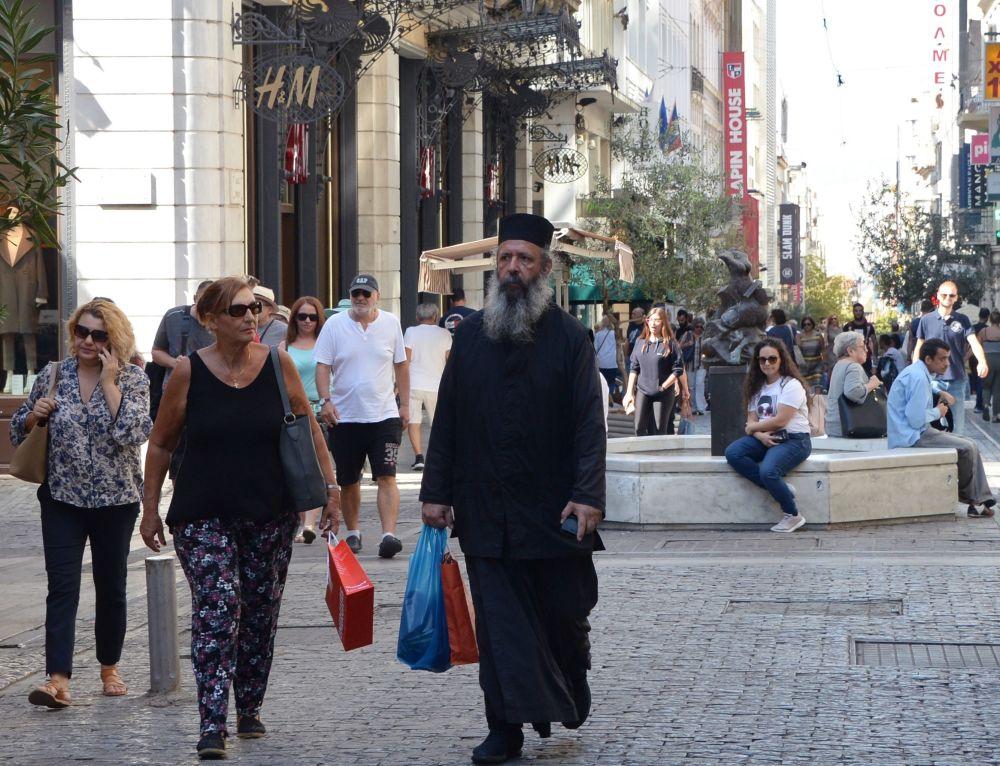 Ludzie na ulicy Ermou w Atenach