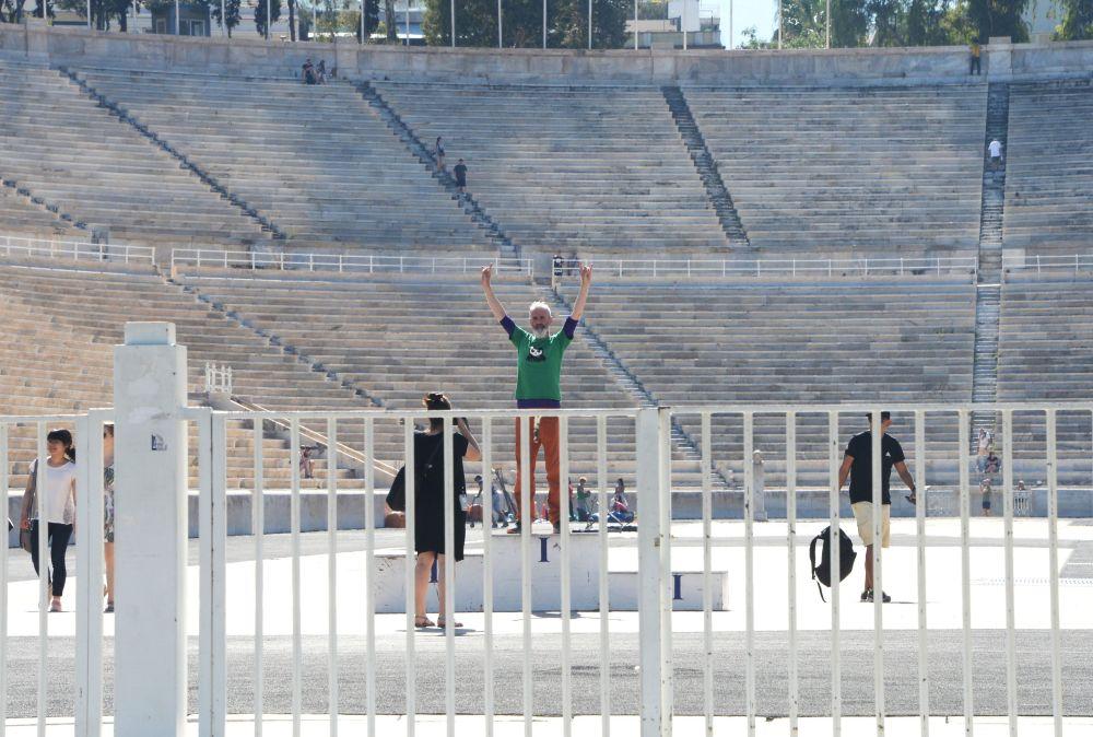 Turyści na stadionie Panathinaiko w Atenach
