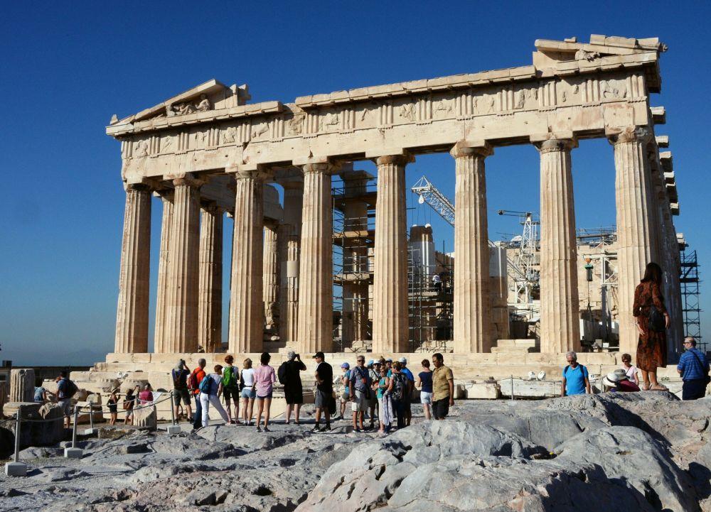 Turyści w pobliżu Partenonu w Akropolu