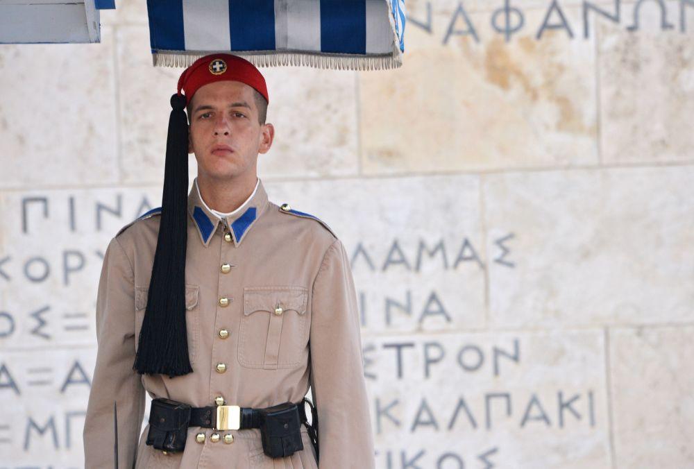 Honorowy strażnik przy grobie Nieznanego Żołnierza w Atenach