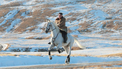 Przywódca Korei Północnej na białym koniu podczas opadów śniegu na górze Pektu-san