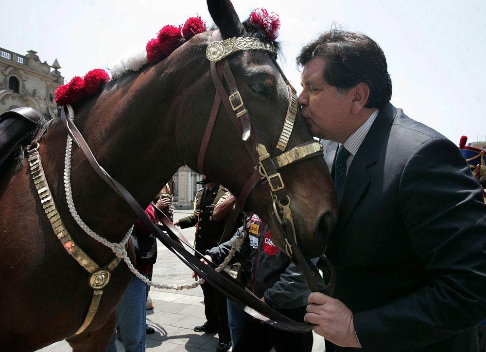 Prezydent Peru, Alan Garcia, całuje konia na terenie pałacu rządowego w Limie