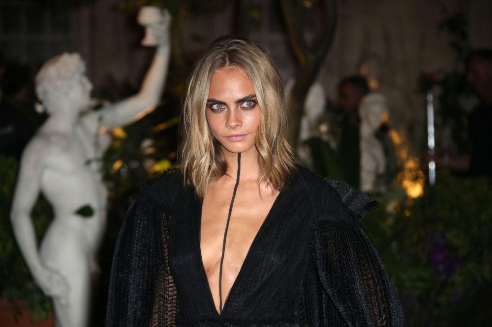 Modelka Cara Delevingne podczas pokazu mody Burberry Spring/Summer 2017 w Londynie