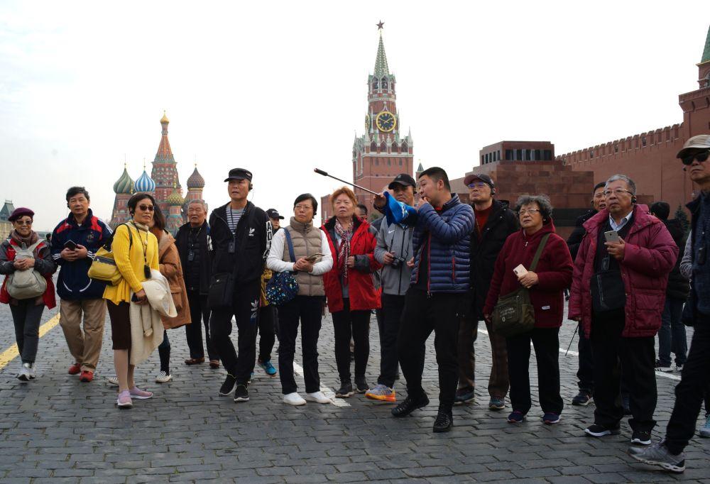 Grupa zagranicznych turystów na Placu Czerwonym w Moskwie