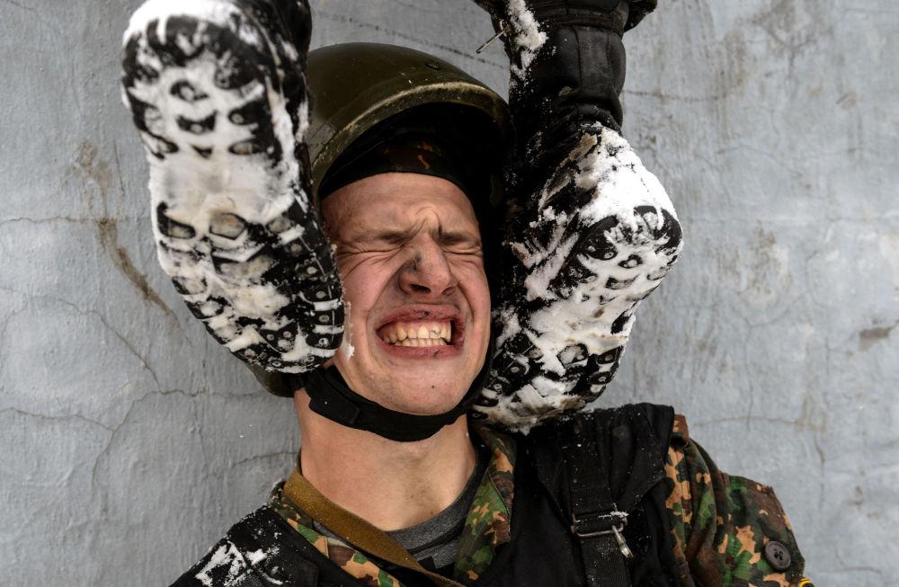 Żołnierz jednostki sił specjalnych dowództw regionalnych oddziałów wewnętrznych Ministerstwa Spraw Wewnętrznych Federacji Rosyjskiej podczas testów na prawo do noszenia kasztanowego beretu