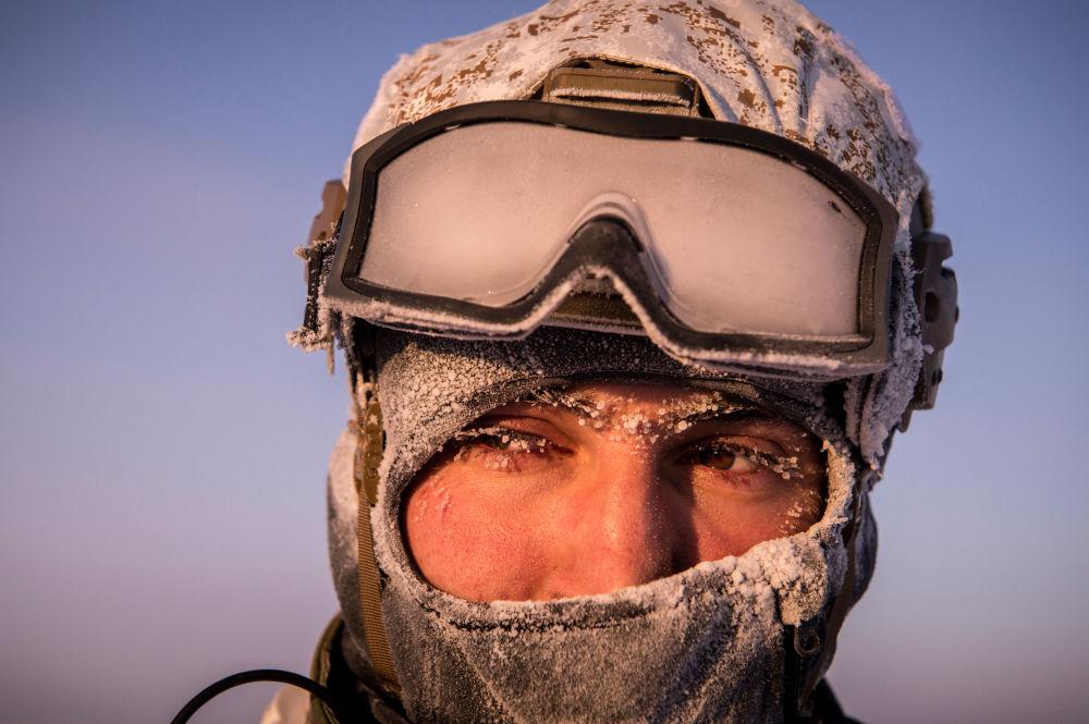 Wojownik oddziału sił specjalnych Ministerstwa Spraw Wewnętrznych Republiki Czeczeńskiej podczas ćwiczeń na biegunie północnym