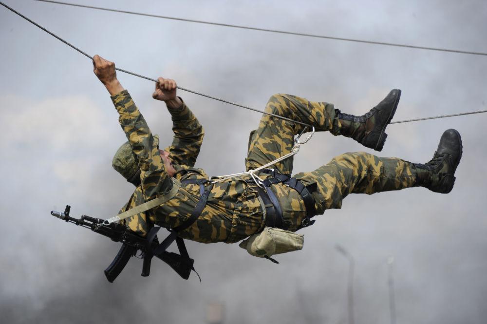 Zawodnicy na trasie z przeszkodami podczas ćwiczeń w obwodzie rostowskim