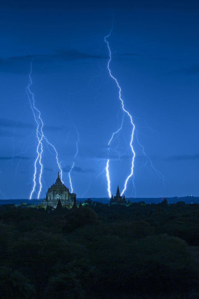 """Zdjęcie """"Blue hour with lightning"""". Wykonał je fotograf z Birmy Naing Tun Win"""