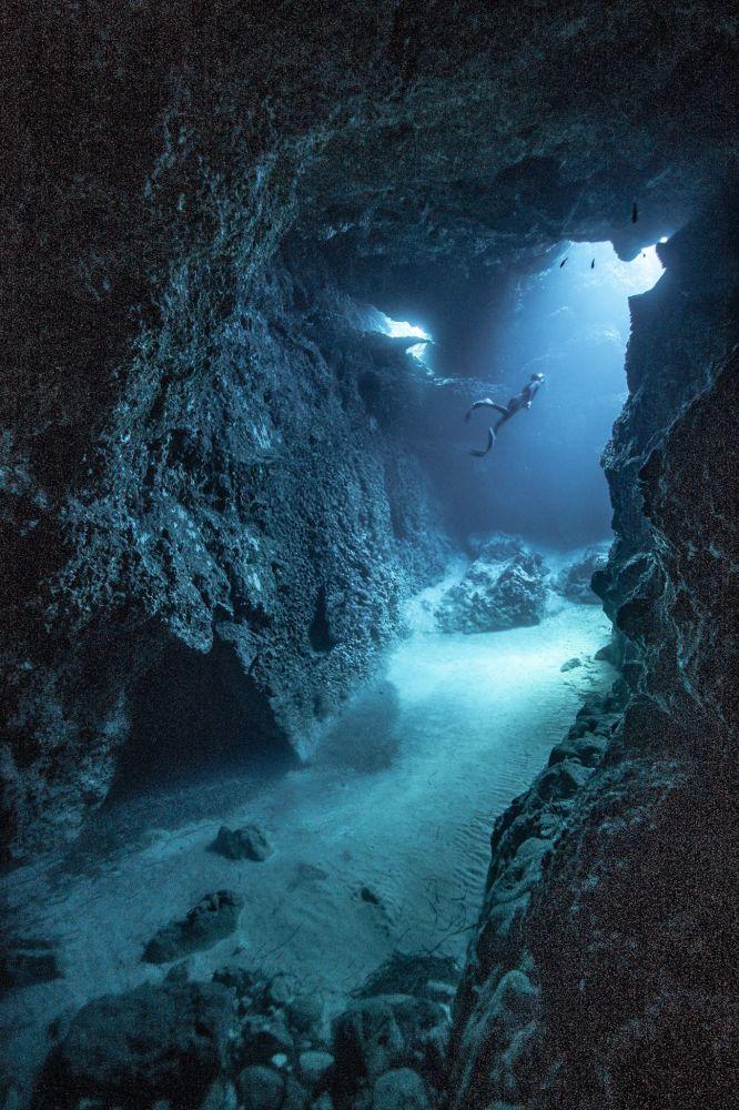 """Zdjęcie """"Freediving"""". Wykonał je fotograf z Hiszpanii Victor de Valles Ibañez w ramach konkursu fotograficznego World's Best Photos of #Blue2019"""
