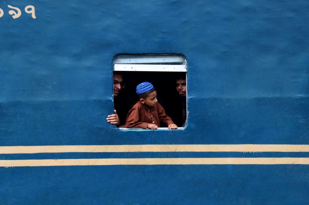 """Zdjęcie """"Window of a train"""". Wykonał je fotograf z Bangladeszu w ramach konkursu fotograficznego World's Best Photos of #Blue2019"""