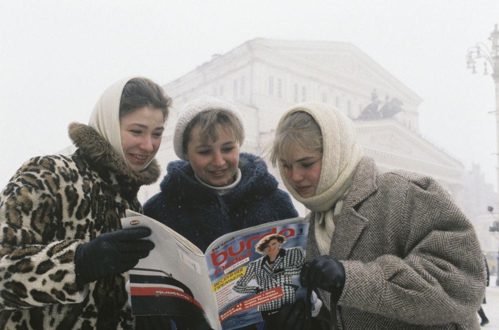 Moskwianie z pierwszym numerem magazynu Burda w języku rosyjskim, 1987 rok