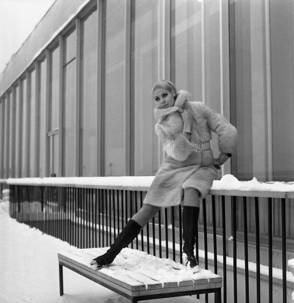 Kolekcja rosyjskich futer: płaszcz z futra nutrii z zamszowym paskiem