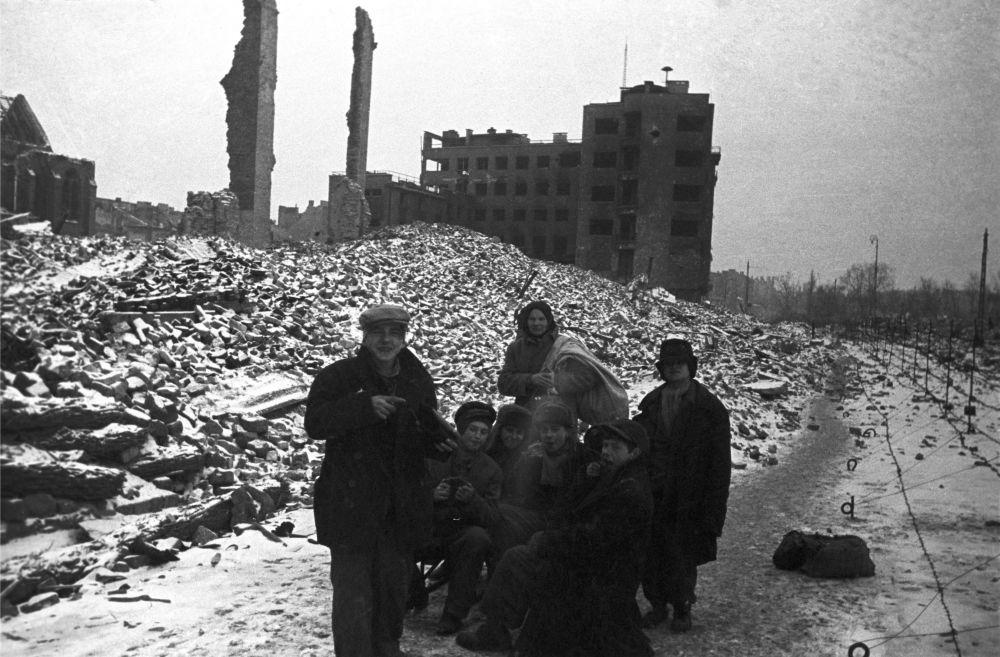 Uchodźcy wracają do zniszczonej Warszawy 1945 rok
