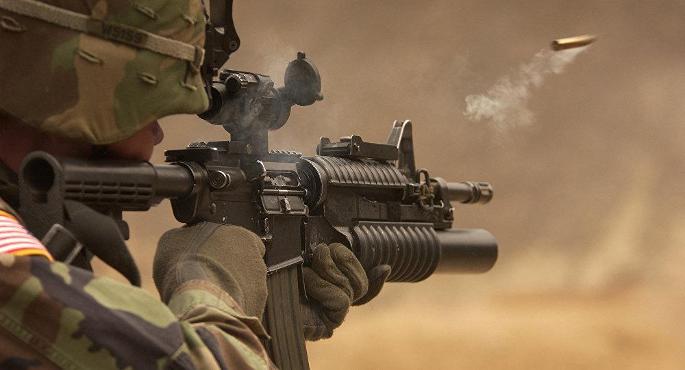 Amerykański żołnierz strzelający z M-4 rifle