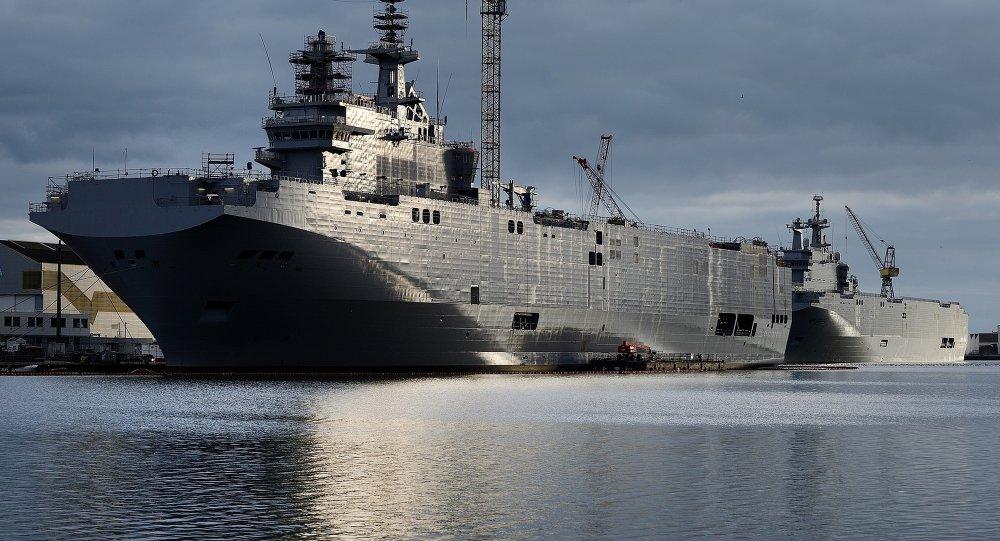Sewastopol i Władywostok, dwa okręty typu Mistral zamówione przez Rosję od STX France w Saint-Nazaire, południowa Francja, 20 grudnia, 2014 r.