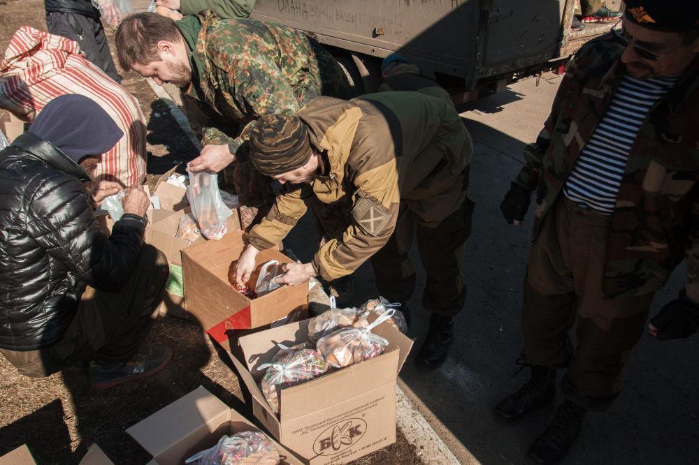 Powstańcy DRL rozdają pomoc humanitarną. Debalcewe