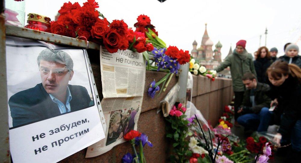 Kwiaty i świece w miejscu, gdzie zamordowano 27 lutego 2015 roku rosyjskiego polityka Borysa Niemcowa