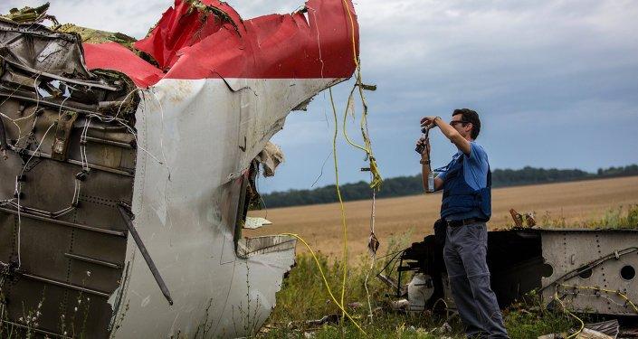 Prace poszukiwawcze na miejscu katastrofy malezyjskiego Boeinga 777 w rejonie Szachtarśka