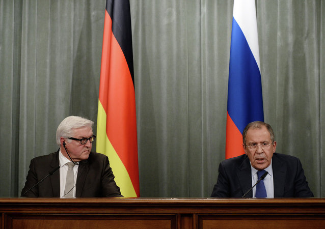 Minister Spraw Zagranicznych Niemiec Frank-Walter Steinmeier (po lewej) i Minister Spraw Zagranicznych Rosji Siergiej Ławrow