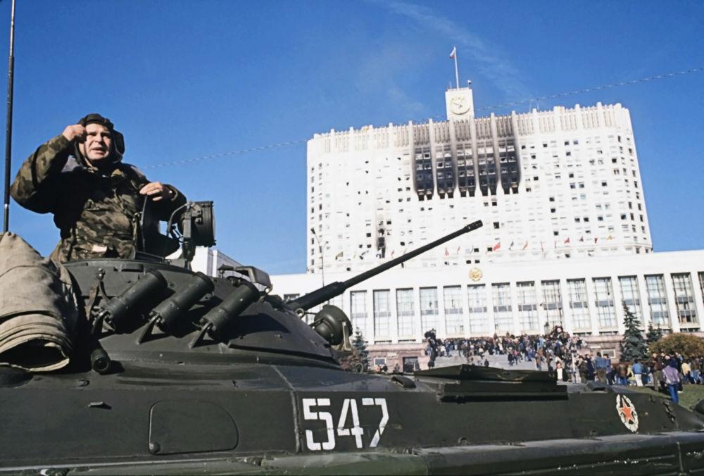 Czołgista przy Białym Domu w Moskwie