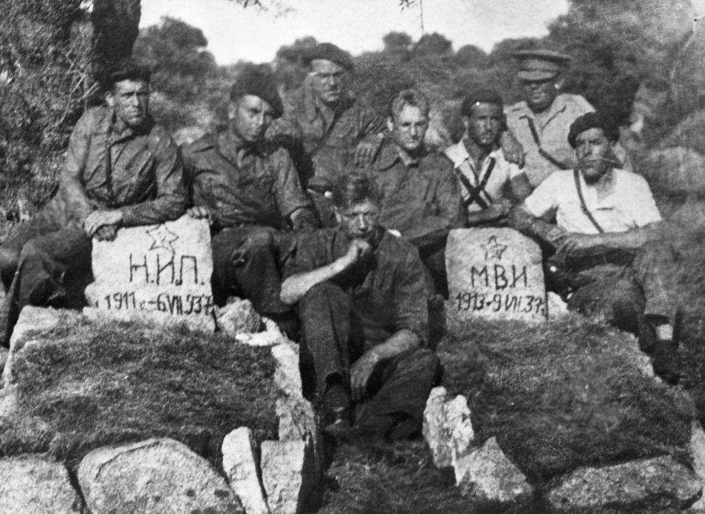 Radzieccy pancerni przy grobach poległych towarzyszy broni
