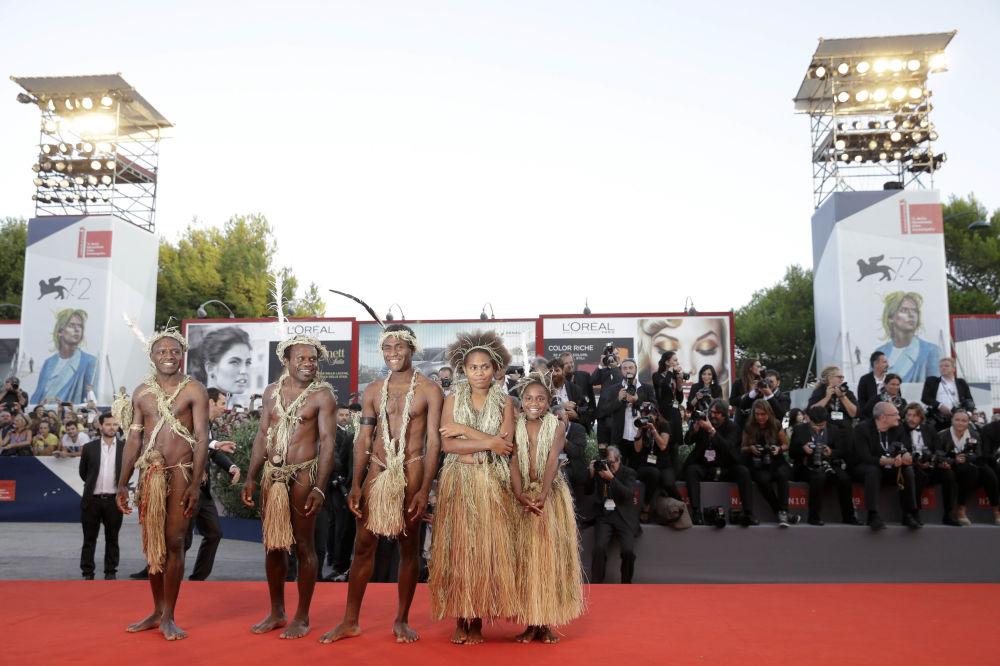 Aktorzy filmu Tanna podczas ceremonii zamknięcia 72. Międzynarodowego Festiwalu Filmowego w Wenecji