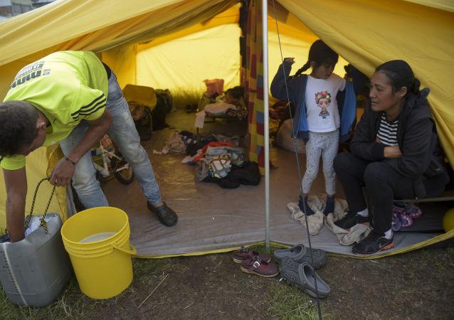 Wenezuelscy migranci w obozie dla uchodźców w Bogocie