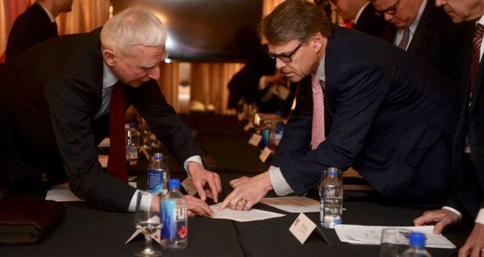 Polski minister ds. infrastruktury energetycznej Piotr Naimski i sekretarz energetyki USA Rick Perry podczas spotkania na CERAWeek w Houston