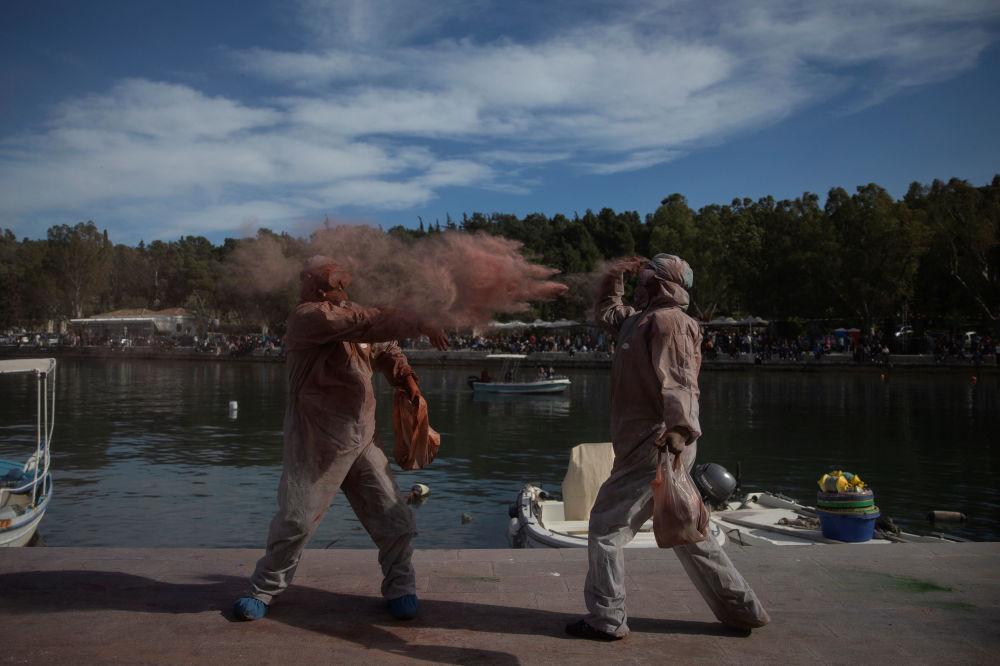 Uczestnicy tradycyjnej bitwy na mąkę w Grecji z okazji pierwszego dnia Wielkiego Postu