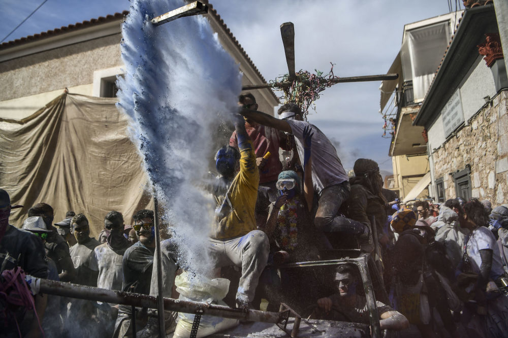 Uczestnicy tradycyjnej bitwy na mąkę w Grecji