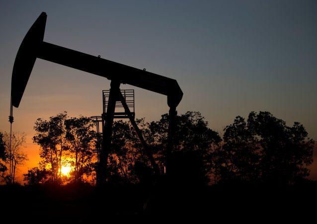 Szyb naftowy na polu w pobliżu El Tigre w Wenezueli
