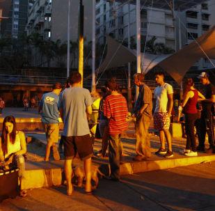 Ludzie ustawili się w kolejce po akumulatory z panelem słonecznym na placu w Caracas