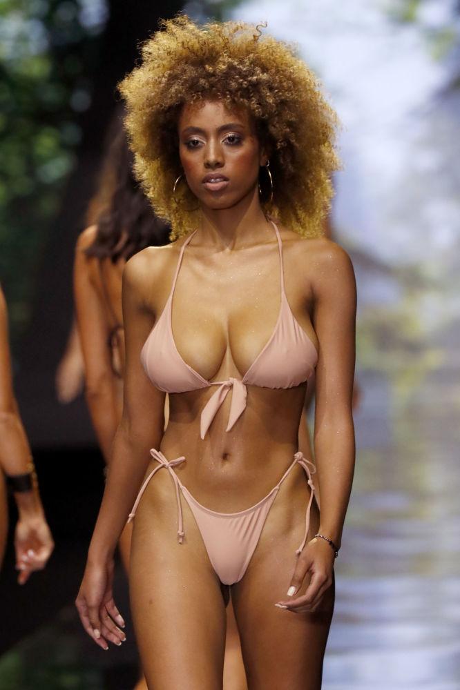 Modelka w bikini podczas Tygodnia Mody w Tel Awiwie