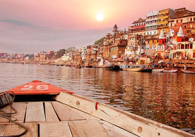 Zachód słońca nad rzeką Ganges w Indiach