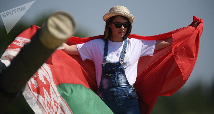 Девушка с белорусским флагом на АрМИ-2018