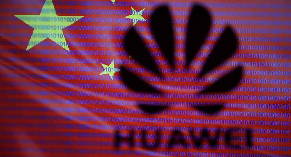 Logotyp firmy Huawei na tle chińskiej flagi