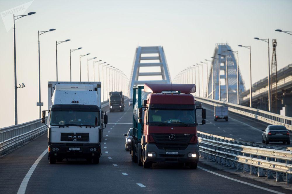 Ruch samochodów ciężarowych przez Most Krymski
