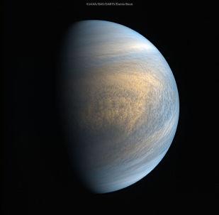 Zdjęcie Wenus w zakresie optycznym i ultrafioletowym wykonane przez kamery sondy Akatsuki