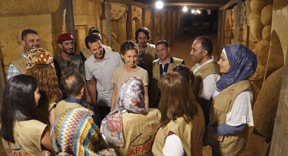 Syryjski żołnierz ozdabia tunel terrorystów freskami