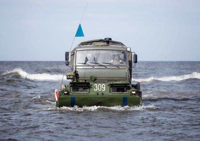 Gąsienicowy transporter pływający PTS-2 podczas ćwiczeń taktycznych wojsk inżynieryjnych Floty Bałtyckiej