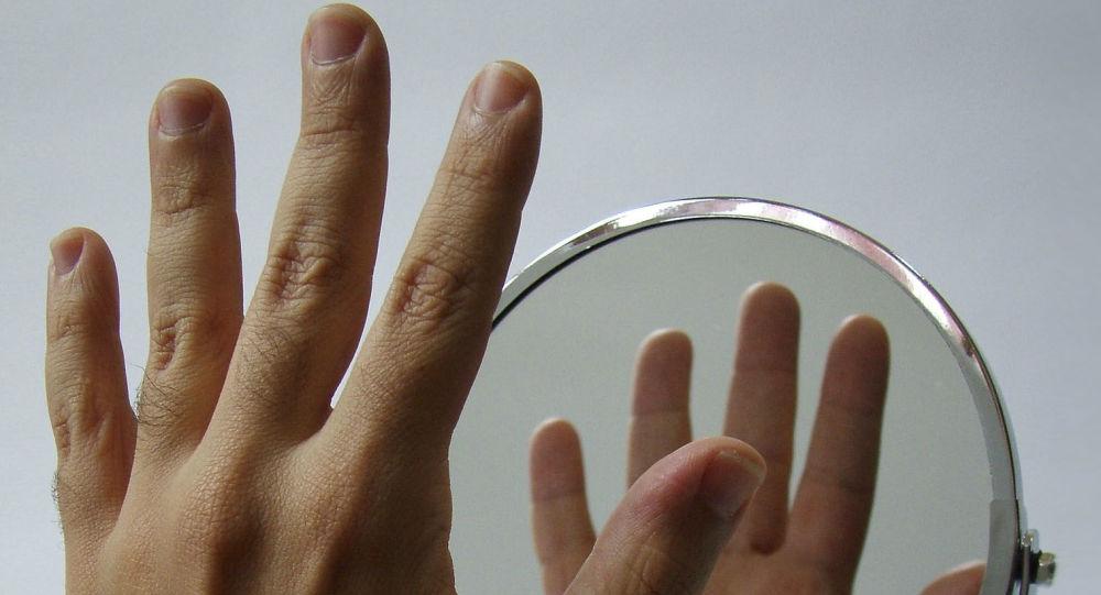 Ręka przy lustrze