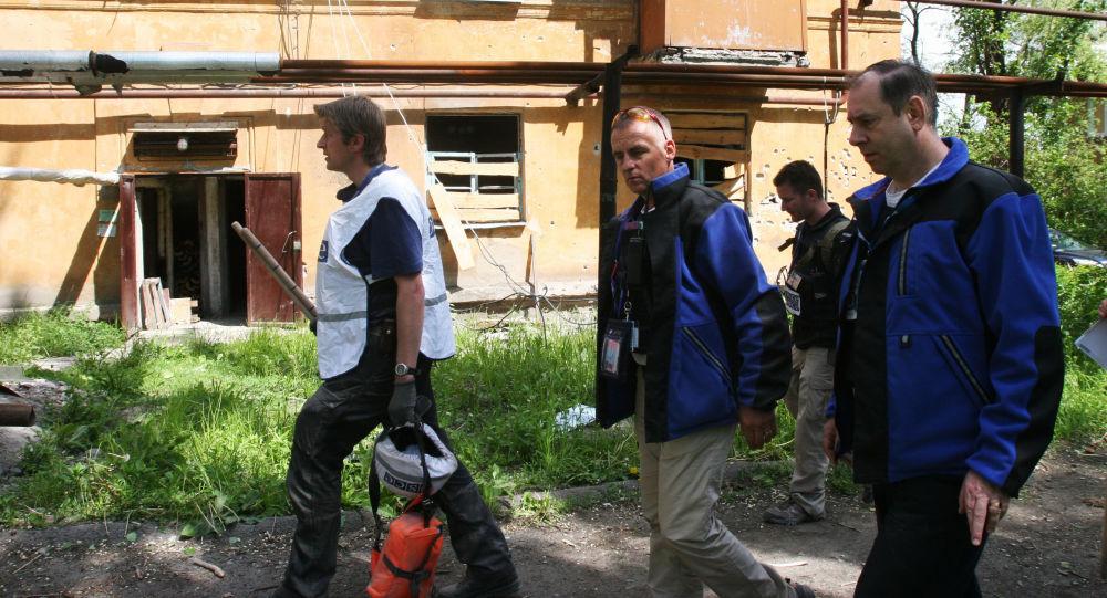 Pracownicy misji OBWE pod domem w Doniecku